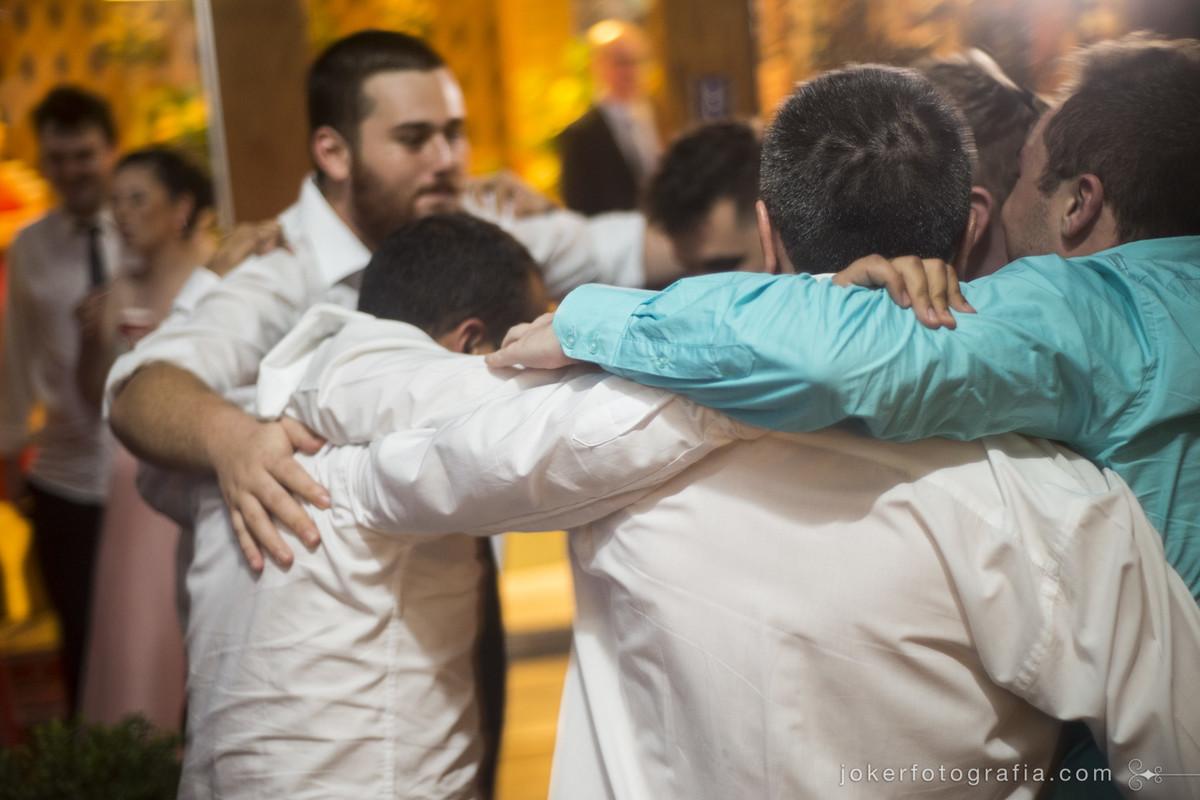 amigos do noivo dançando no casamento