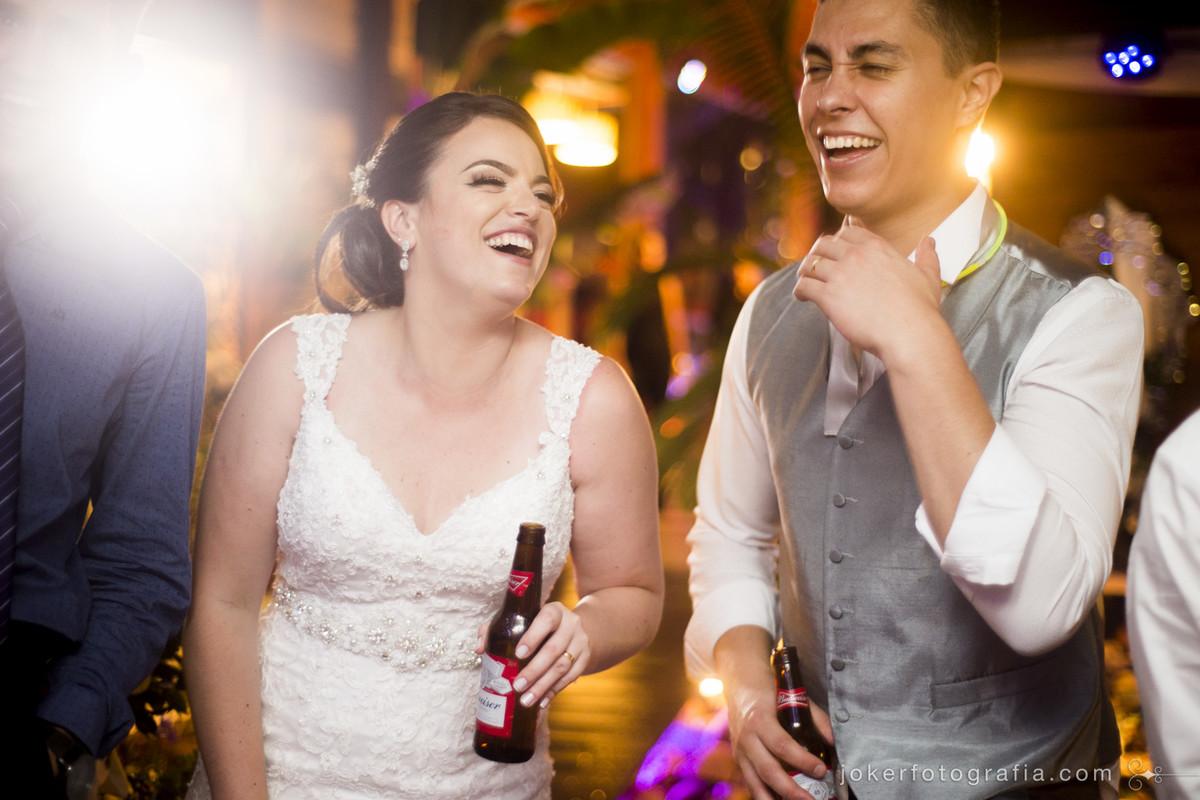 os noivos se divertindo na pista de dança, e o fotógrafo não atrapalha em nada, pois as fotos não são posadas