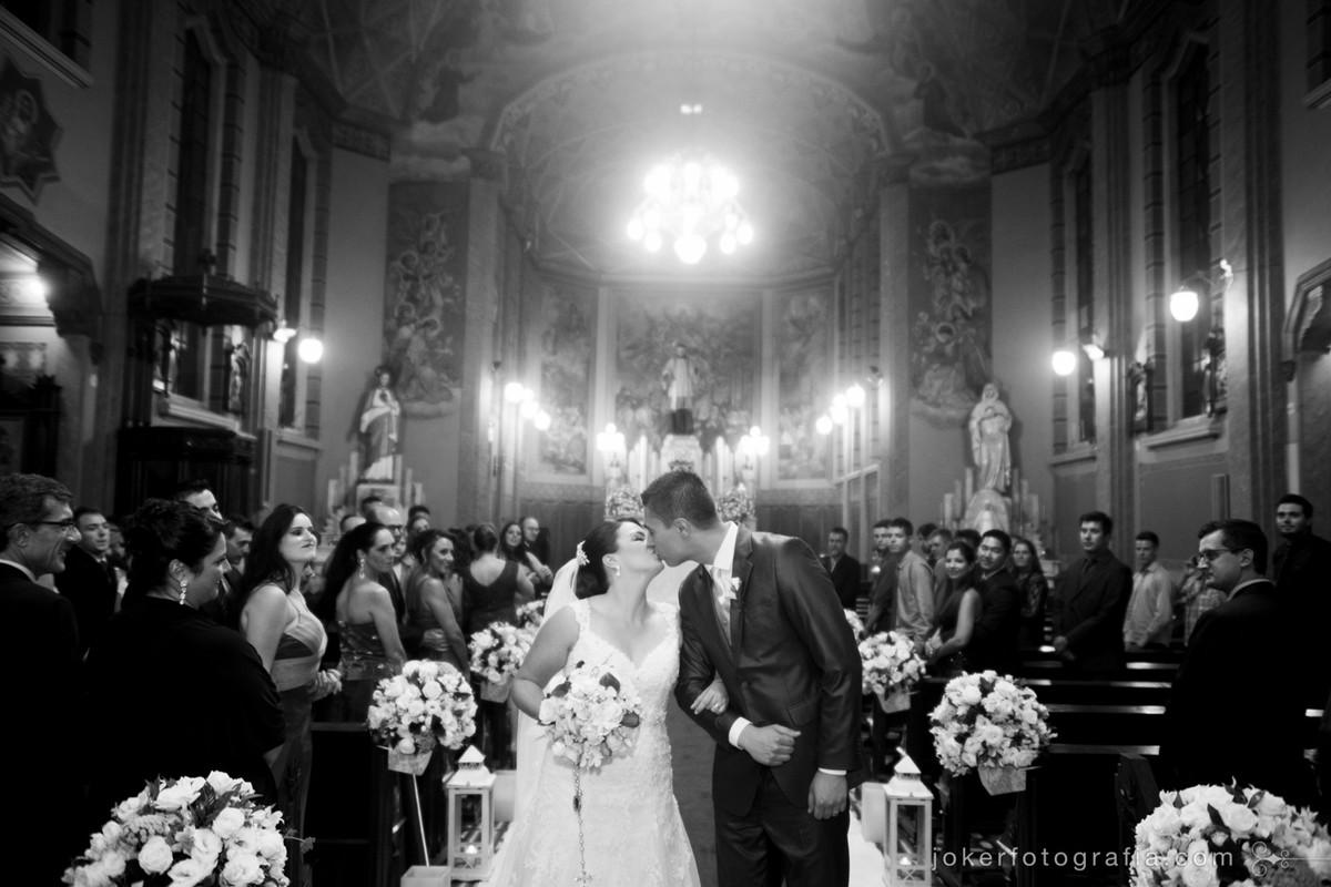 o beijo na saída dos noivos no corredor da igreja são vicente de paulo em curitiba