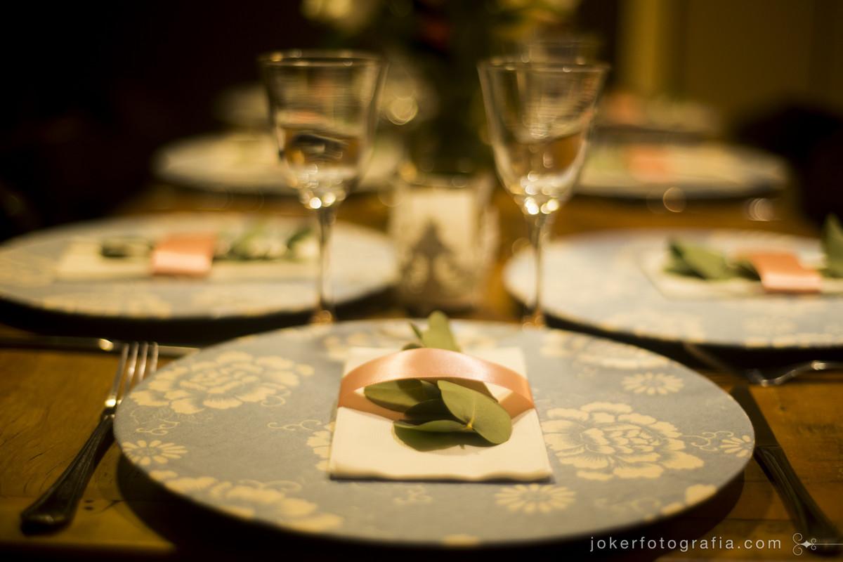 organizar os pratos para o jantar de dia de casamento