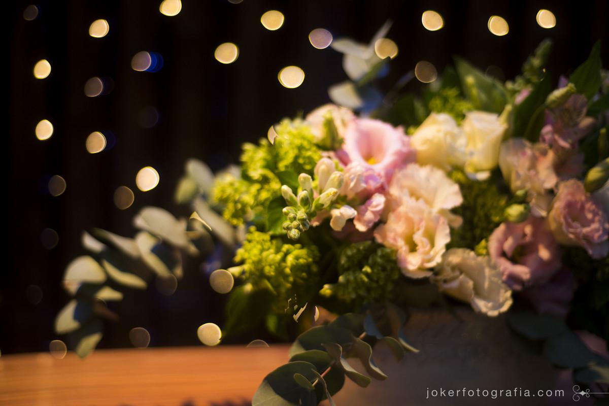 buque de noiva diferente com rosas e flores do campo