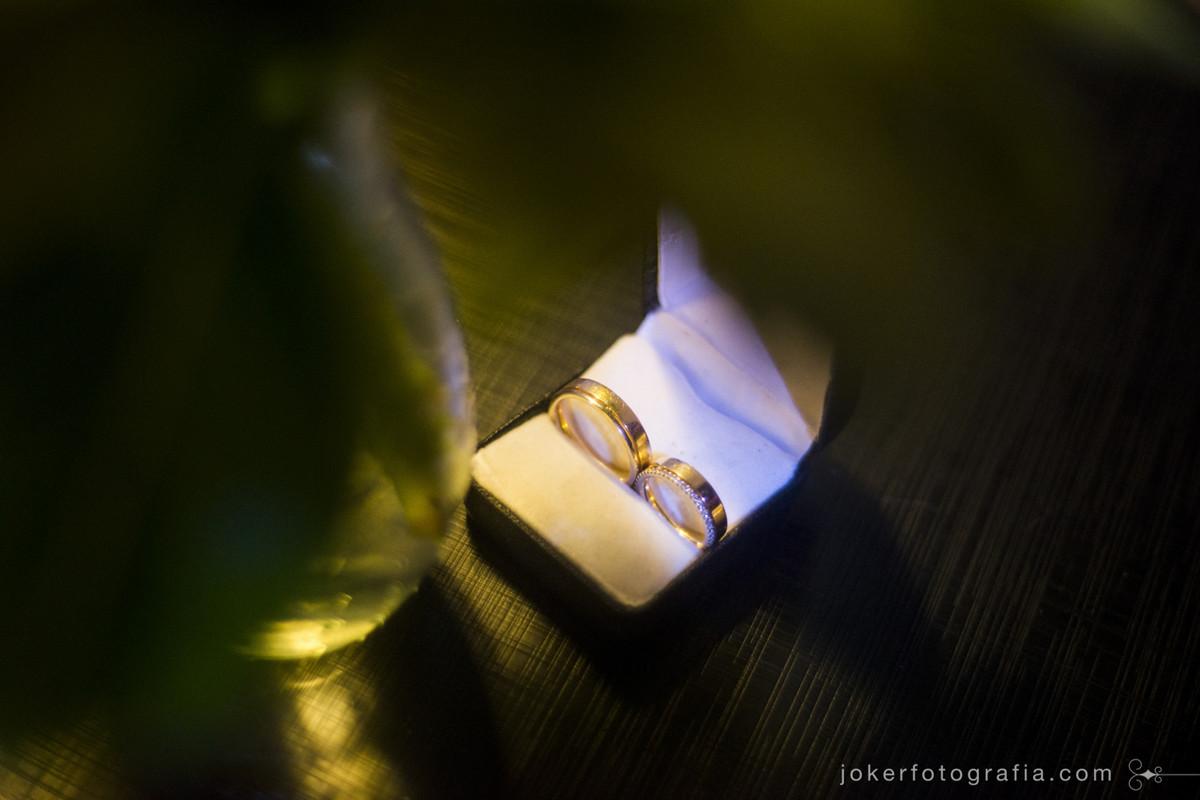 aliança de casamento com brilhante e porta joias