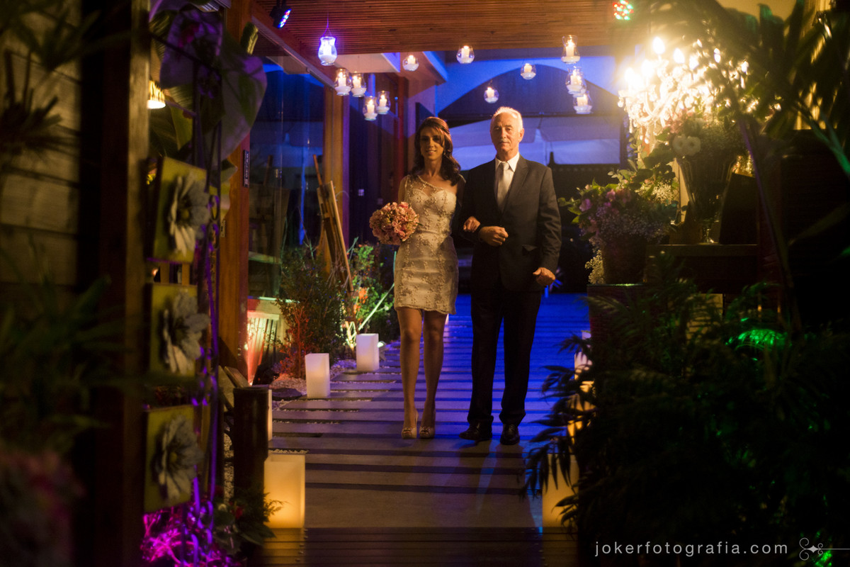 entrada da noiva com recimonia e recepção no mesmo lugar