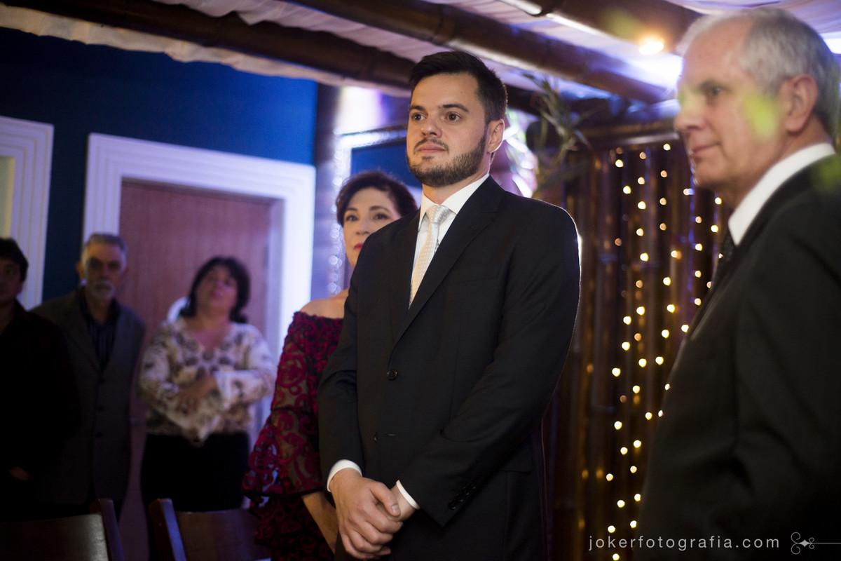 noivo esperando a noiva no altar no dia do casamento