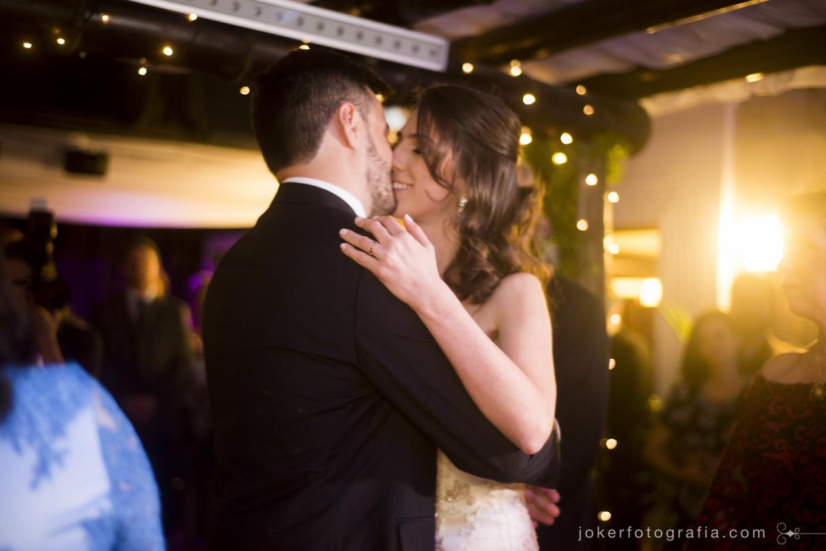 beijo dos noivos no dia do casamento