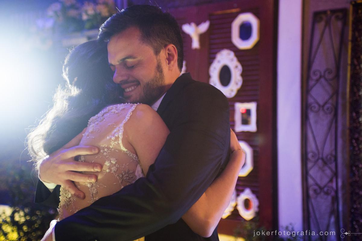 fotografo registra primeiro abraço dos noivos em curitiba
