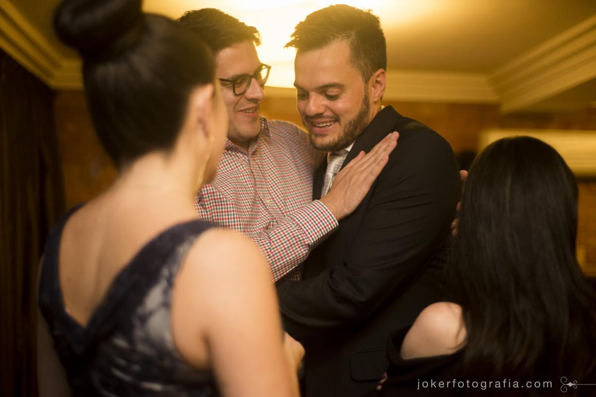 abraço dos noivos e convidados durante a festa