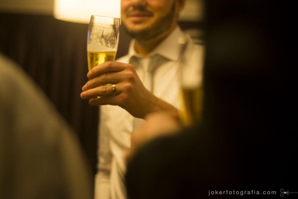 brinde de cerveja no casamento