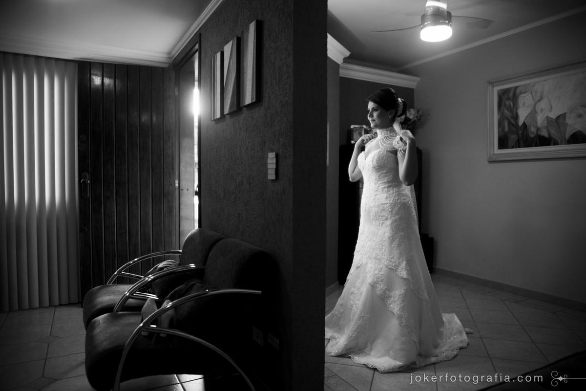A noiva provando o vestido é um dos momentos mais lindos do casamento