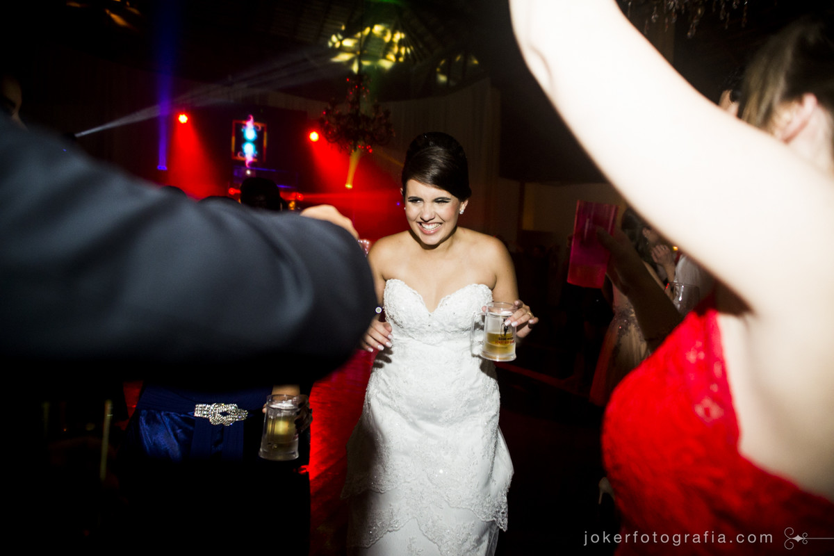 noiva curtindo a festa de casamento