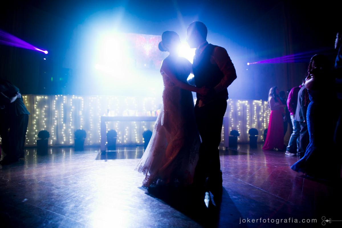 iluminação cênica e luzes de natal no dia do casamento faz toda a diferença na fotografia