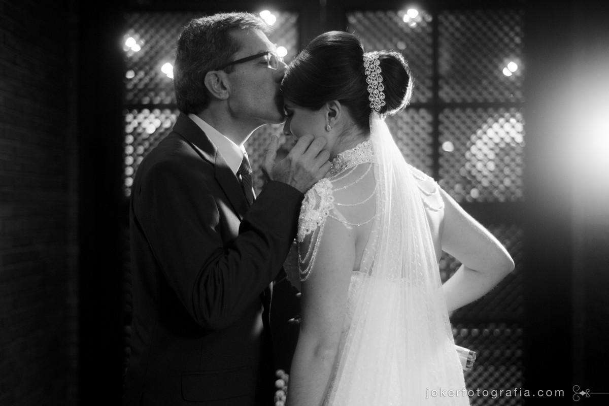 a emoção do pai na entrada da noiva