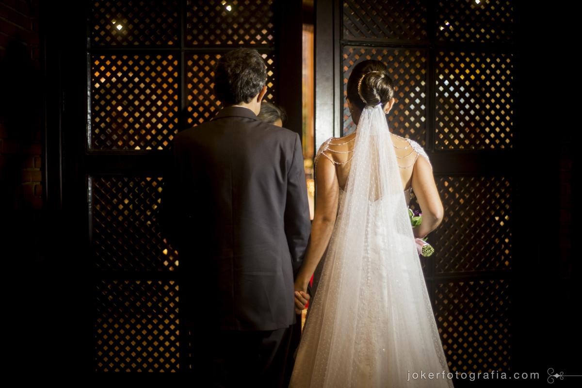 fotógrafo registra a entrada da noiva na igreja do cristo rei