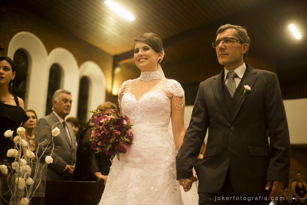 noiva a caminho do altar em igreja de curitiba