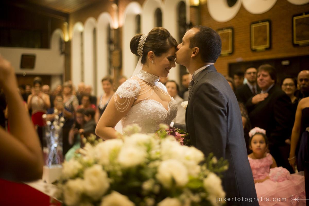ótimo fotógrafo em curitiba registra a emoção do noivo ao receber a noiva no altar