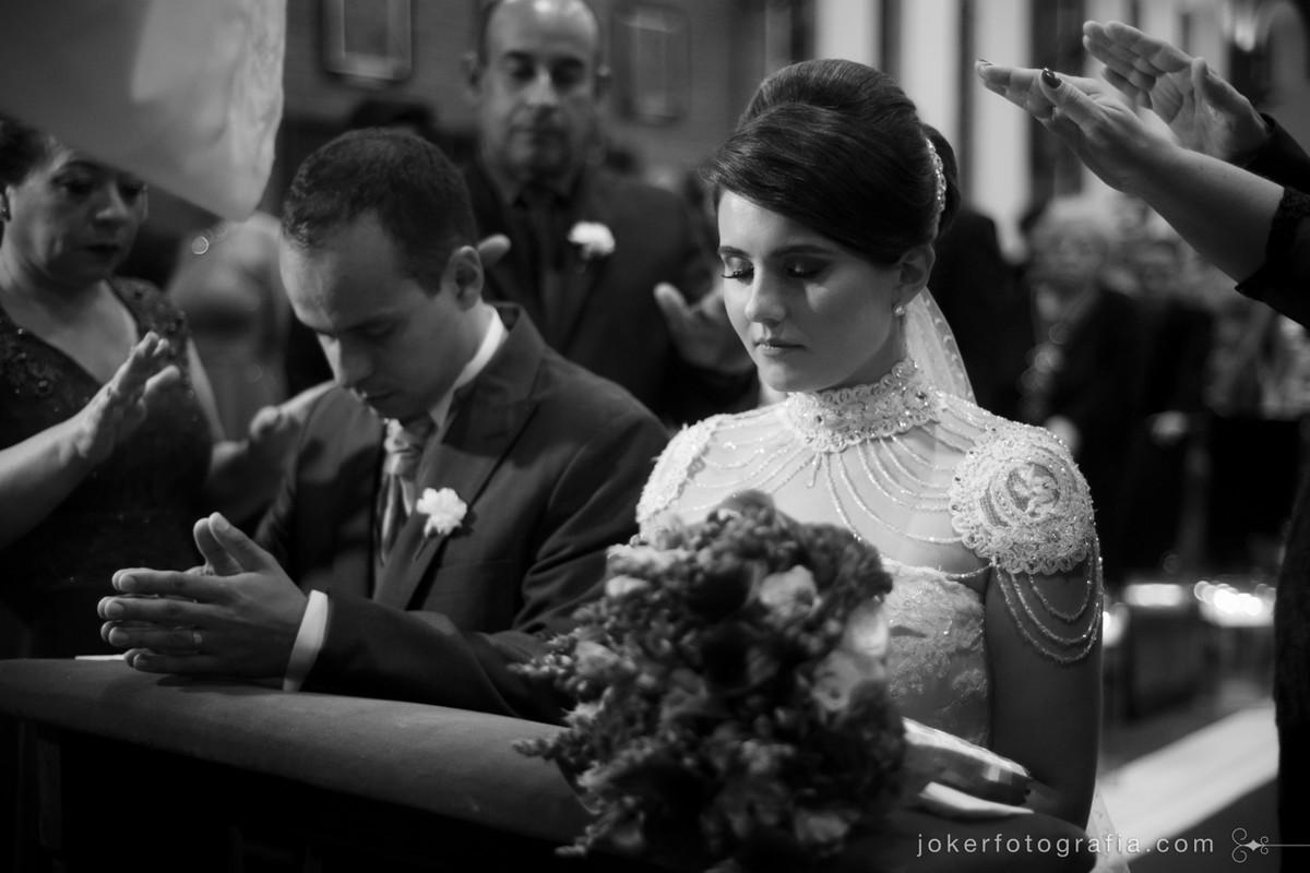 fotógrafo tira foto incrível da bênção dos noivos em cerimônia católica em Curitiba