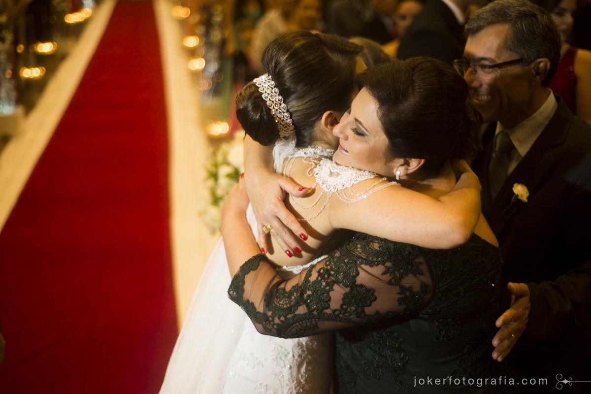 mãe da noiva se emociona durante o casamento da filha