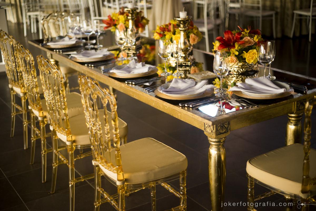 mesa dos noivos clássica e decoração dos pratos