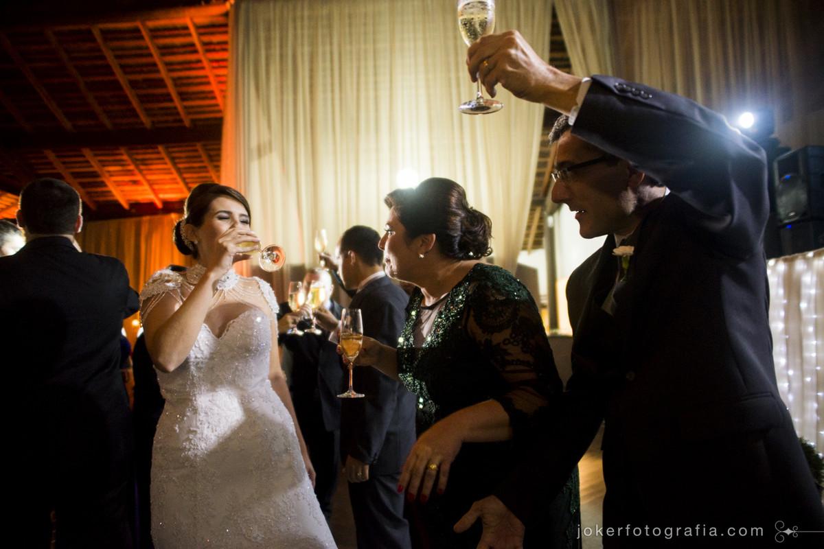 noivos se divertindo com os pais durante o brinde de casamento