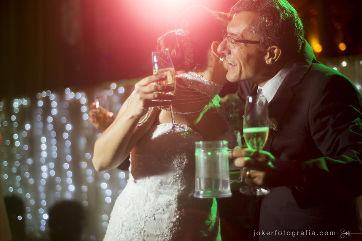 pai da noiva se emociona durante festa de casamento