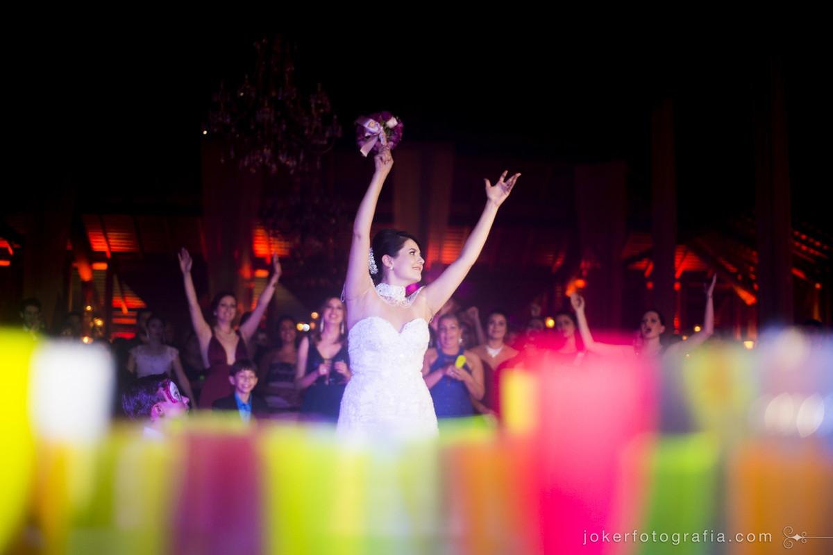 noiva jogando o buquê no clube santa monica
