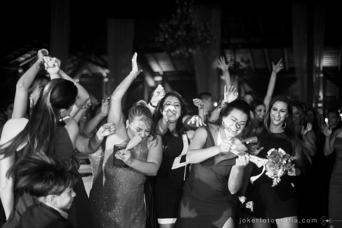 fotógrafo de casamento em curitiba faz fotos divertidas das convidadas pegando o buquê