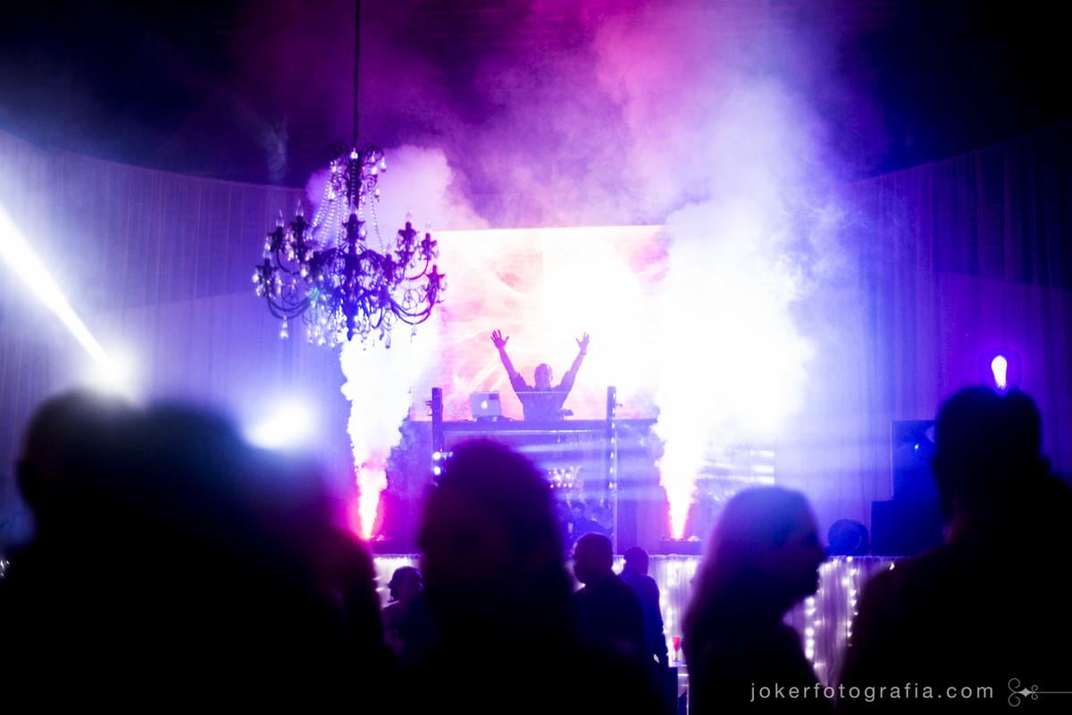 dj maia em curitiba animado para festa de casamento no clube santa monica com painel de led e tochas de fumaça cenográfica