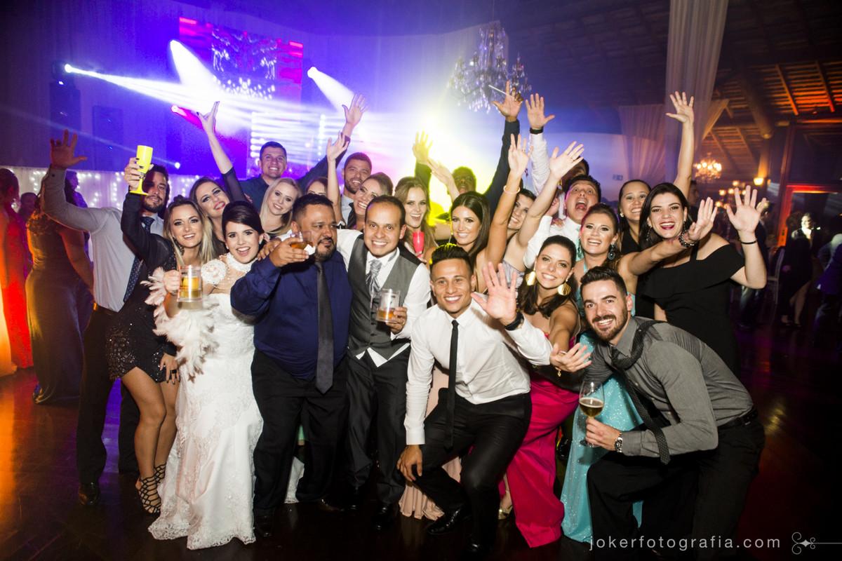 fotógrafo de casamento descontraído em curitiba registra os convidados na pista de dança