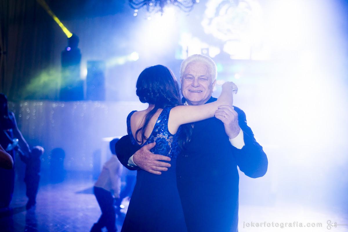 os familiares mais velhos também podem se divertir muito no dia do casamento