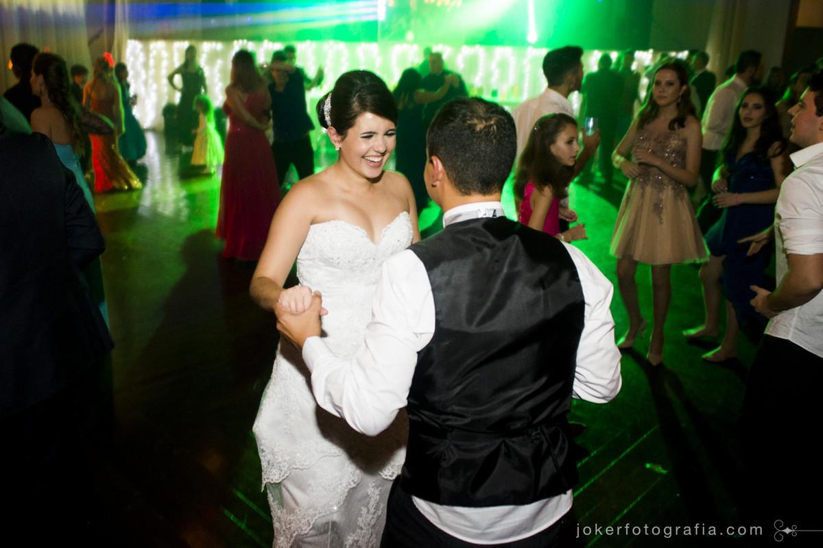 noivos curtem a festa de casamento animada no salão CTB do clube santa monica em curitiba