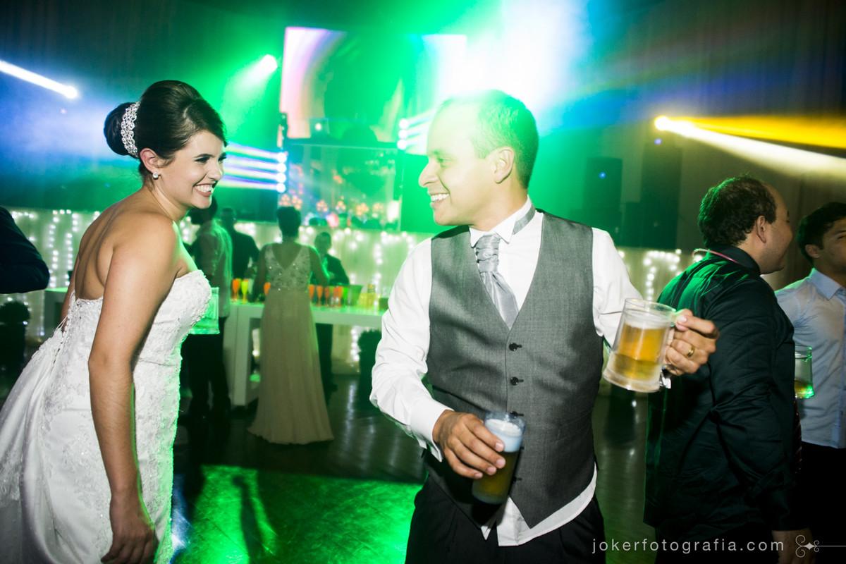fotógrafo de casamento registra momentos espontâneos e divertidos dos noivos