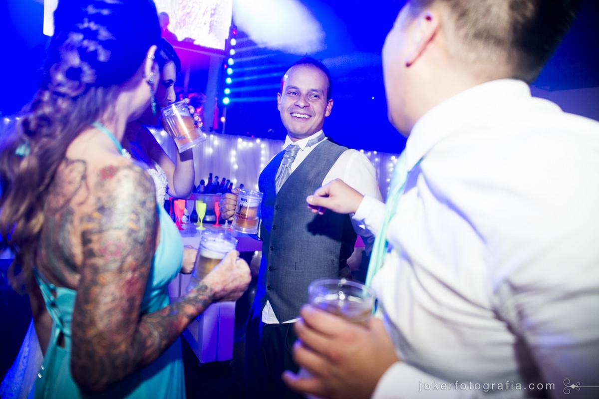 fotógrafo de casamento faz registros divertidos dos noivos durante o baile
