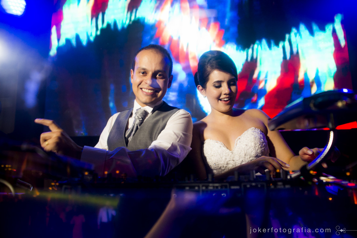 fotografia dos noivos na picape do dj animando a festa
