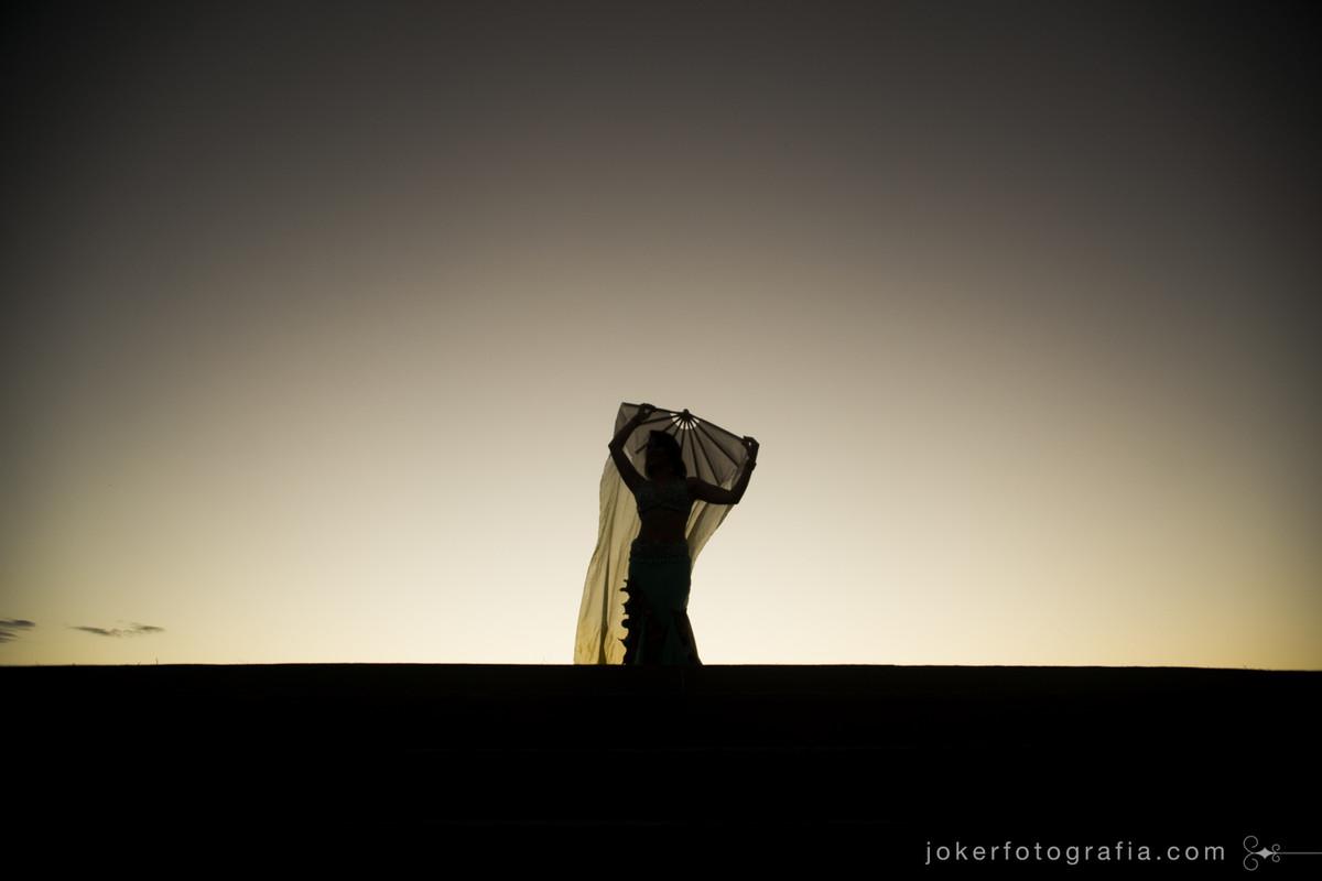 fotógrafo de dança faz ensaio externo de bailarina árabe temático no deserto