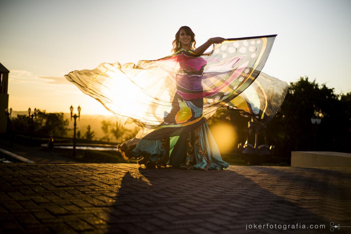 bailarina árabe faz ensaio fotográfico externo de dança do ventre com fotógrafos de curitiba