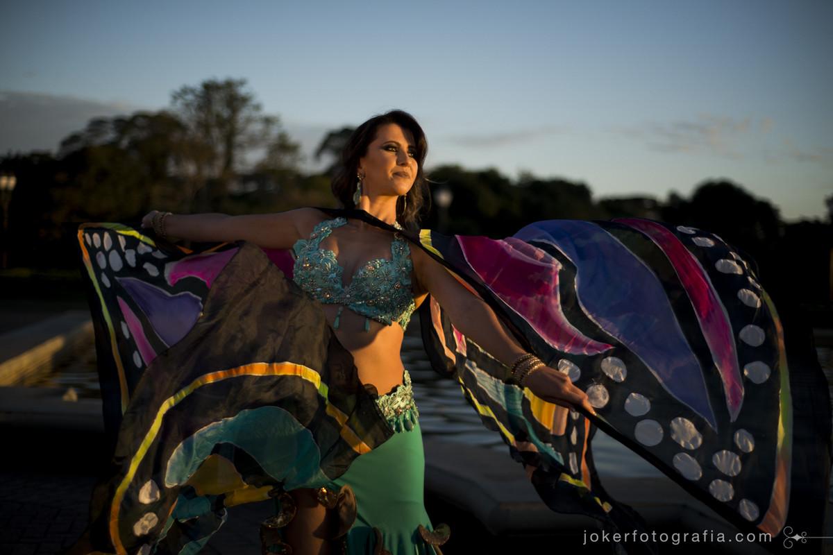 figurino e acessórios para dança do ventre asas de borboleta com pintura em neon