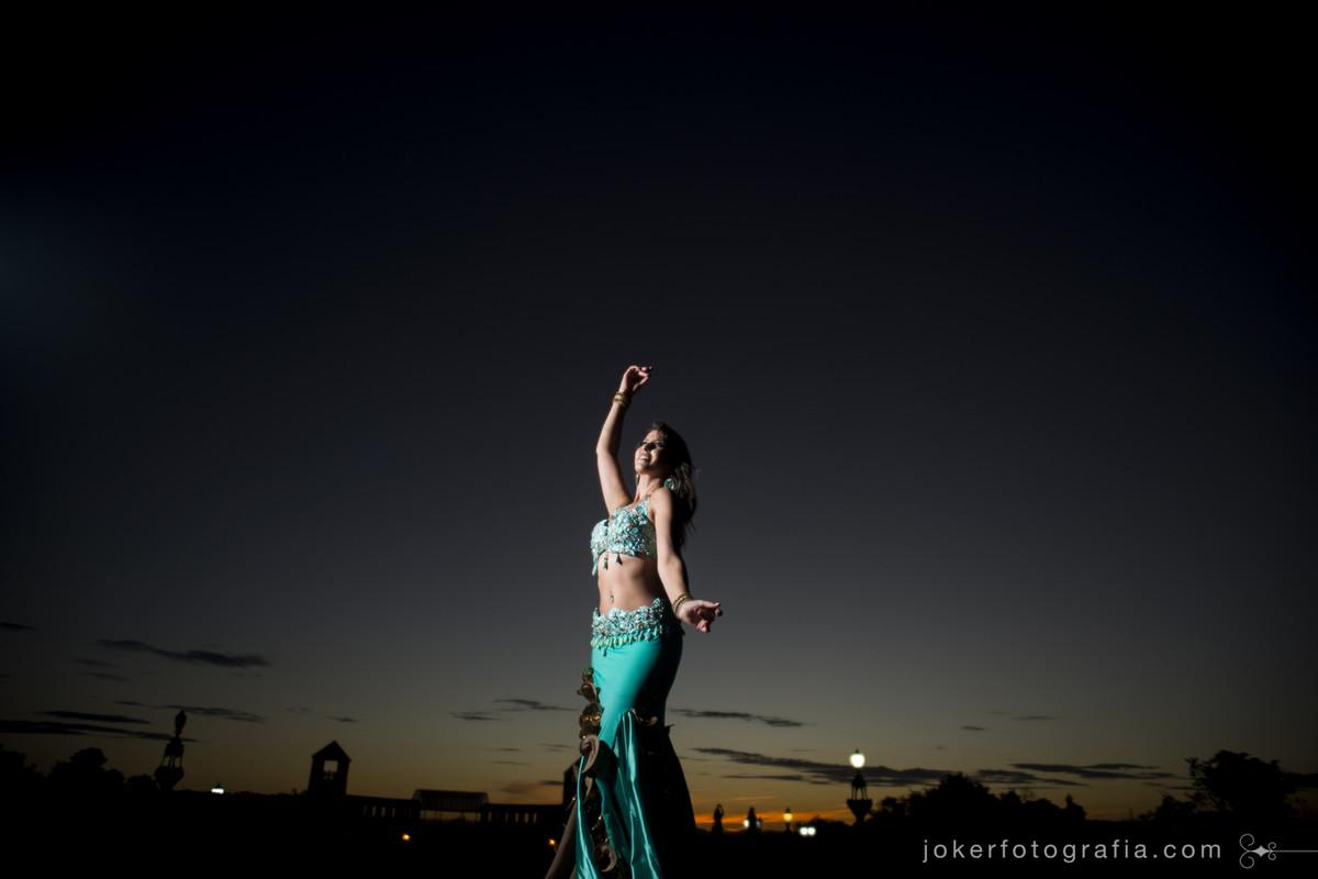 bailarina inova e faz ensaio externo de dança do ventre