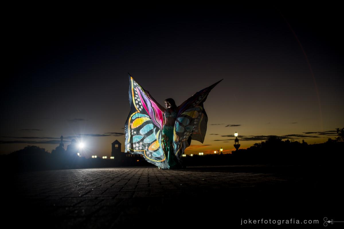 o acessório butterfly wings para dança do ventre com tinta neon em fotografias criativas e diferentes feitas em curitiba