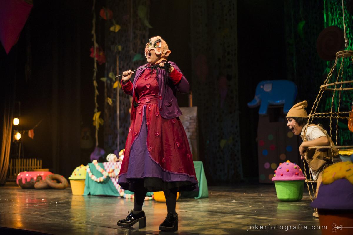 a atriz Lúcia de Vasconcellos interpreta a Bruxa de João e Maria e atua como cantora de ópera
