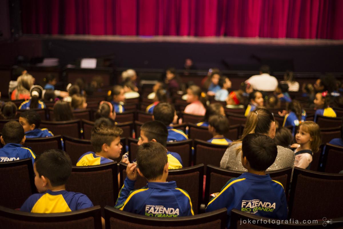 Ópera infantil traz centenas de crianças de escolas públicas para o Teatro Guaíra