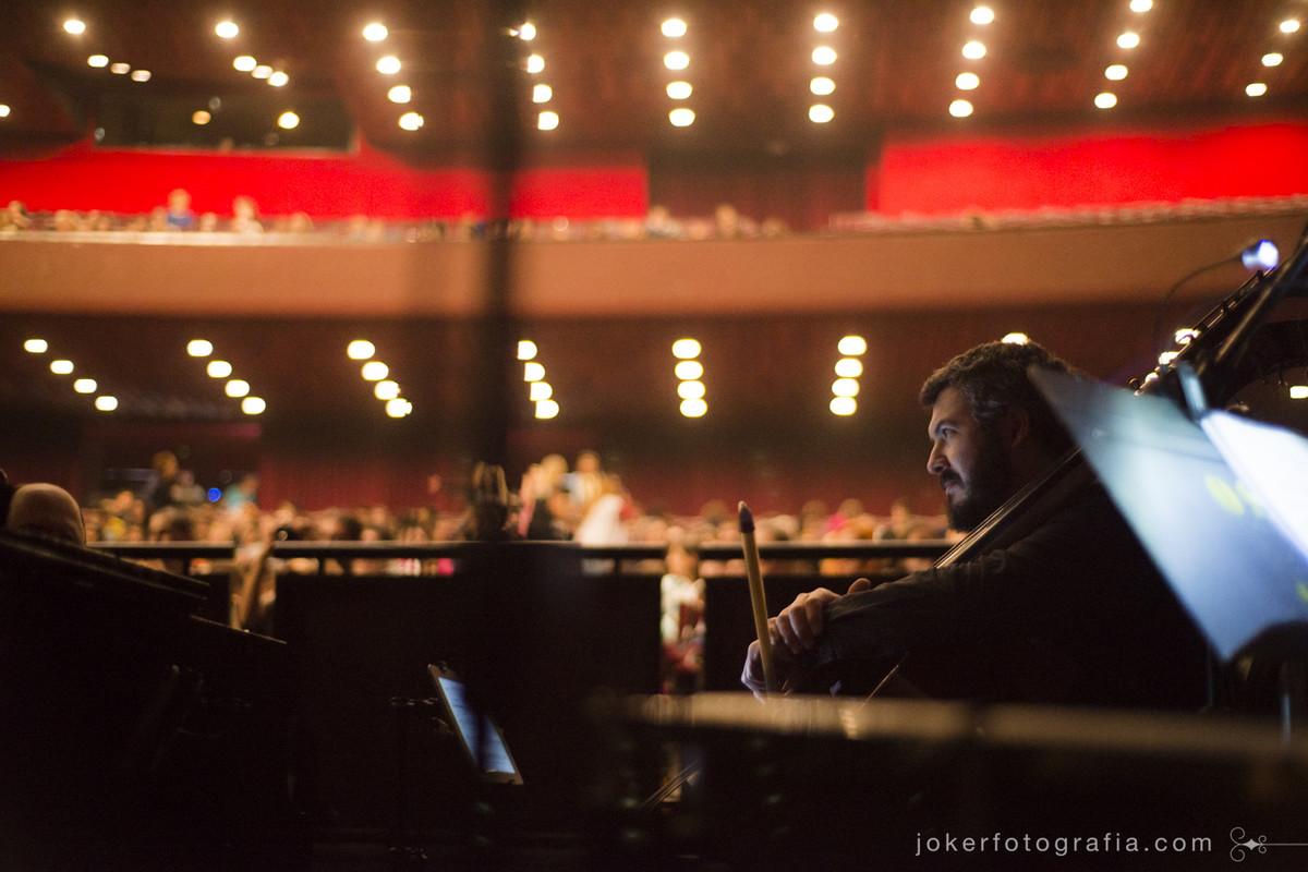 contrabaixista Kiko Vargas é um dos músicos do Teatro Guaíra presentes na Ópera João e Maria