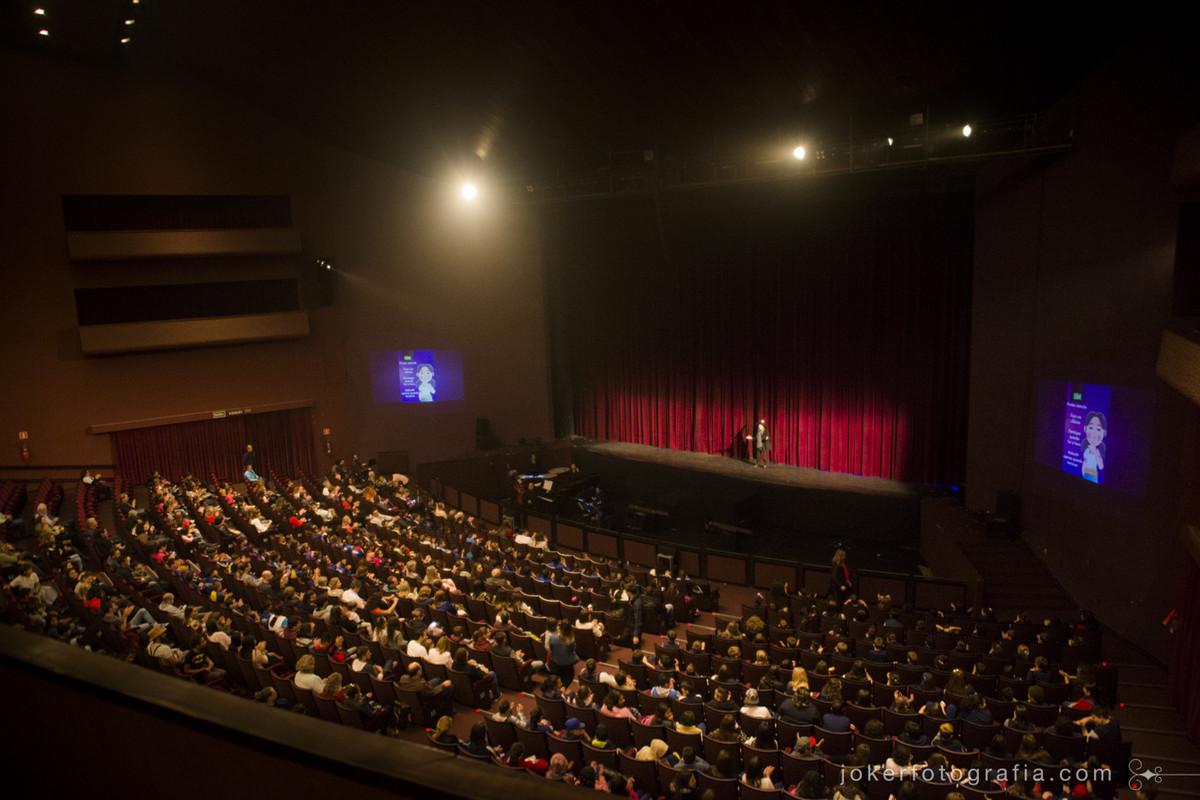 Teatro Guaíra lotado para peça infantil João e Maria