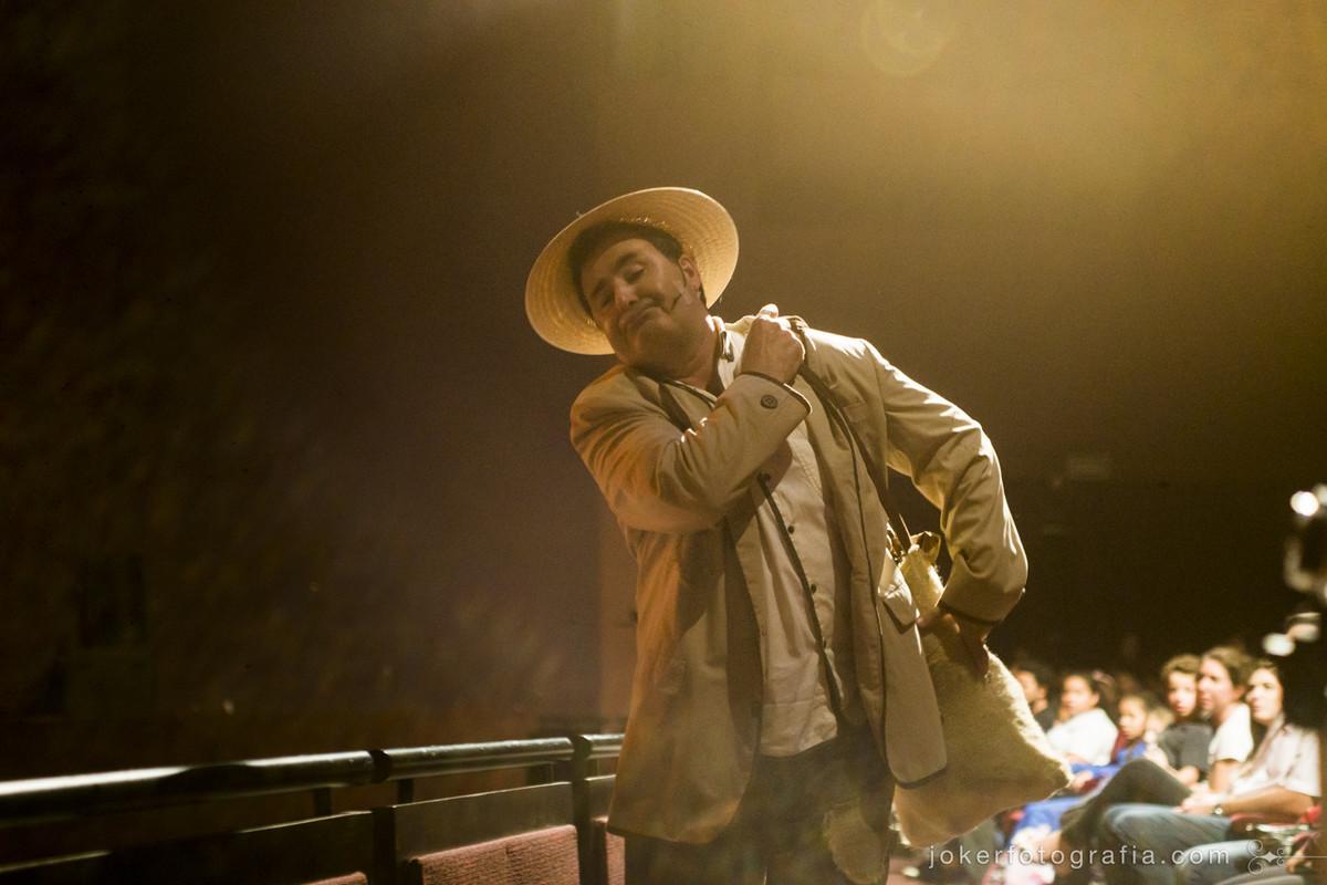 Paulo barato interpreta nordestino em peça teatral curitibana