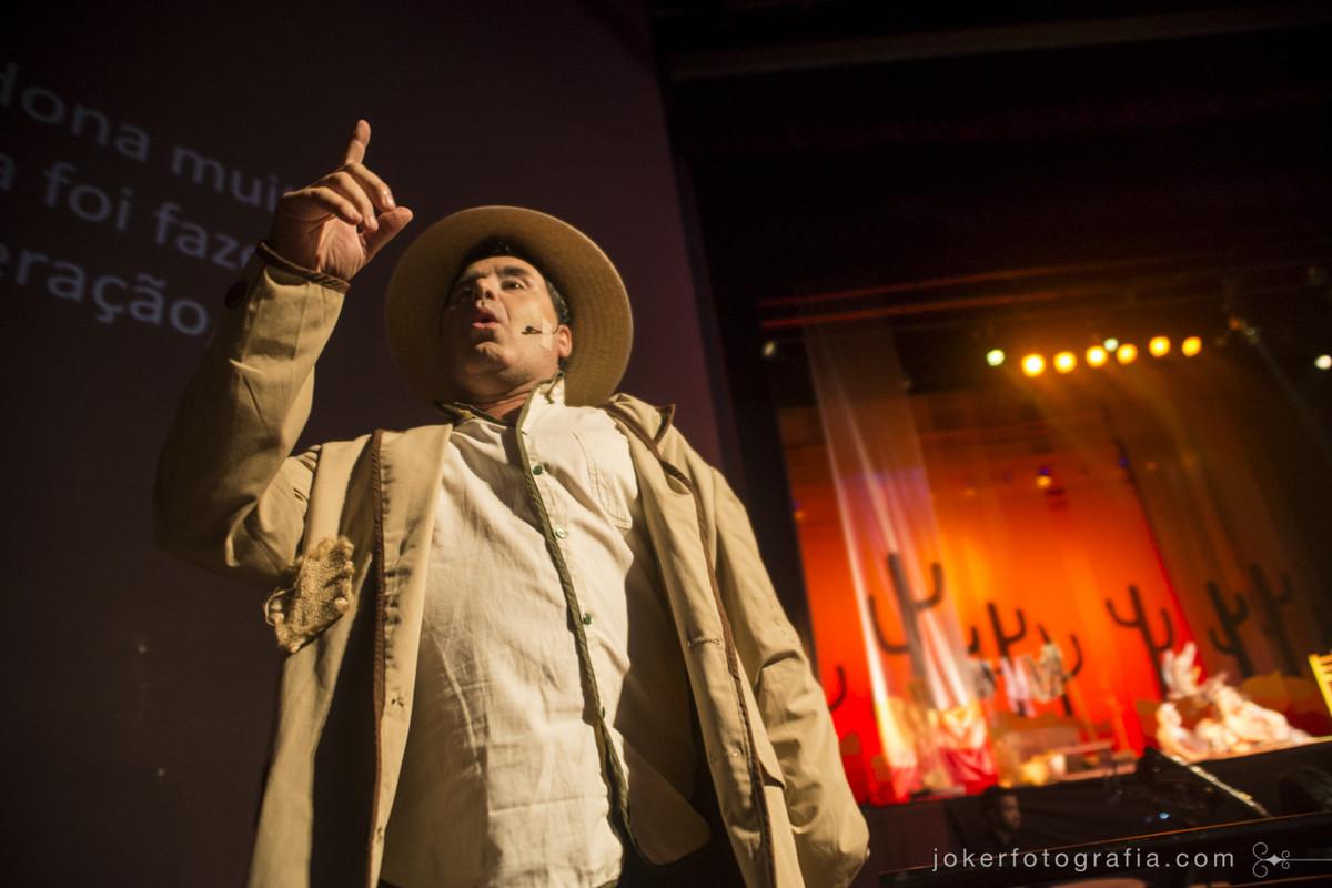 o ator Paulo Barato interpreta o Pai de João atuando e cantando na Ópera do teatro Guaíra