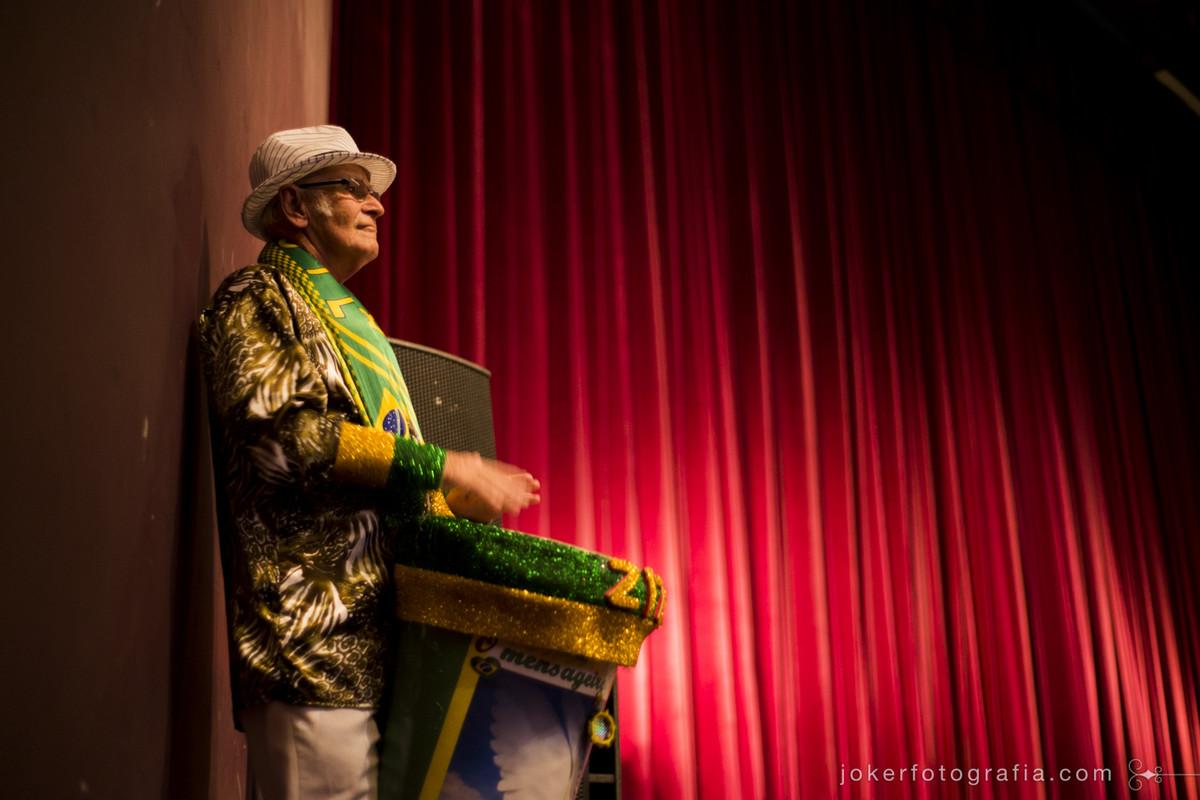 Raulino Cercal tem participação especial tocando atabaque na Ópera dirigida por sua filha Salete Cercal