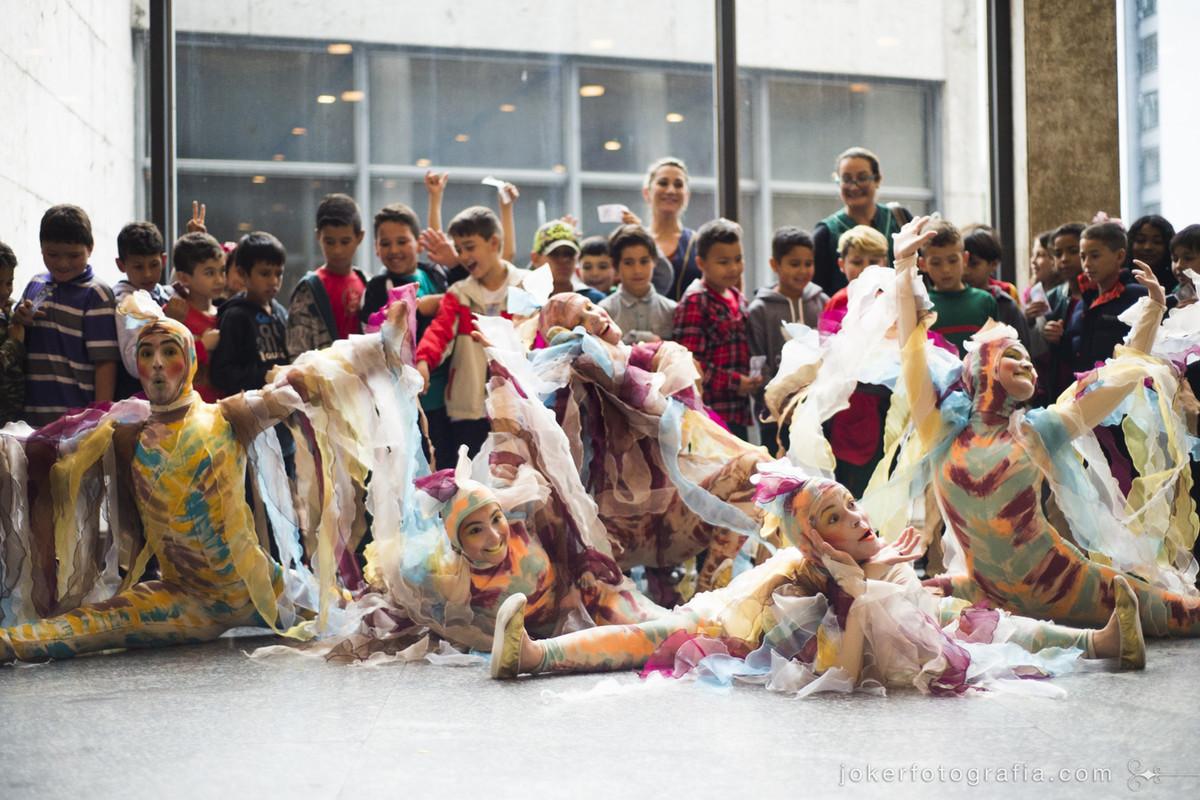 bailarinos participam de foto dos alunos que vieram assistir a peça de teatro