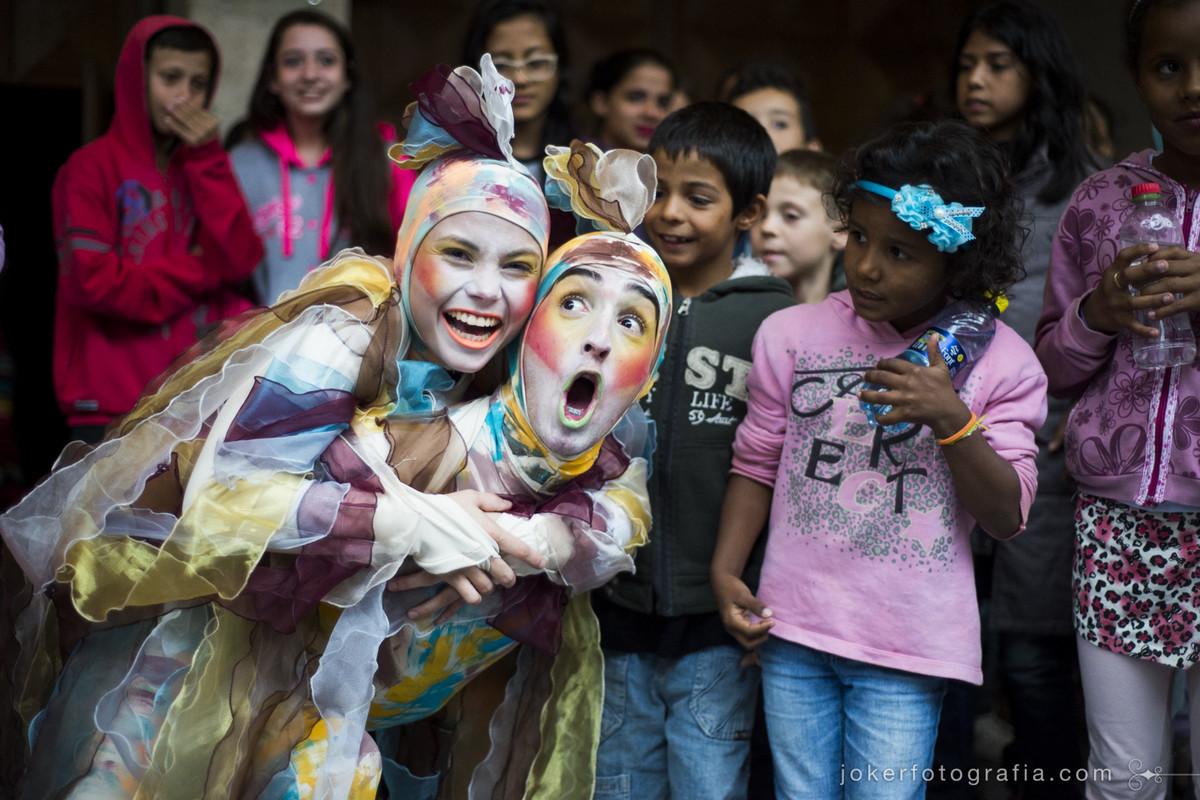 Bailarinos do Teatro Guaíra fazem fotos com as crianças da platéia