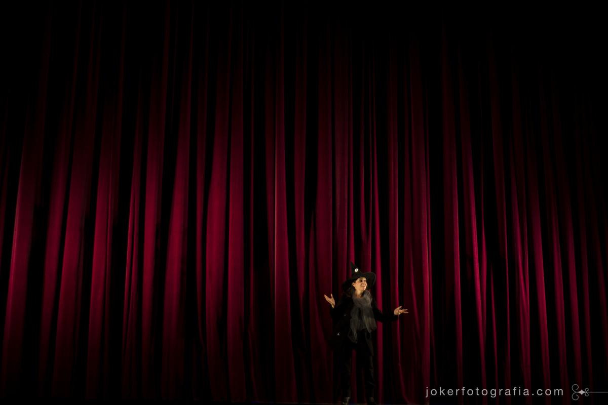a atriz Rozana Percival faz o papel de Bruxa em Ópera no Teatro Guaíra