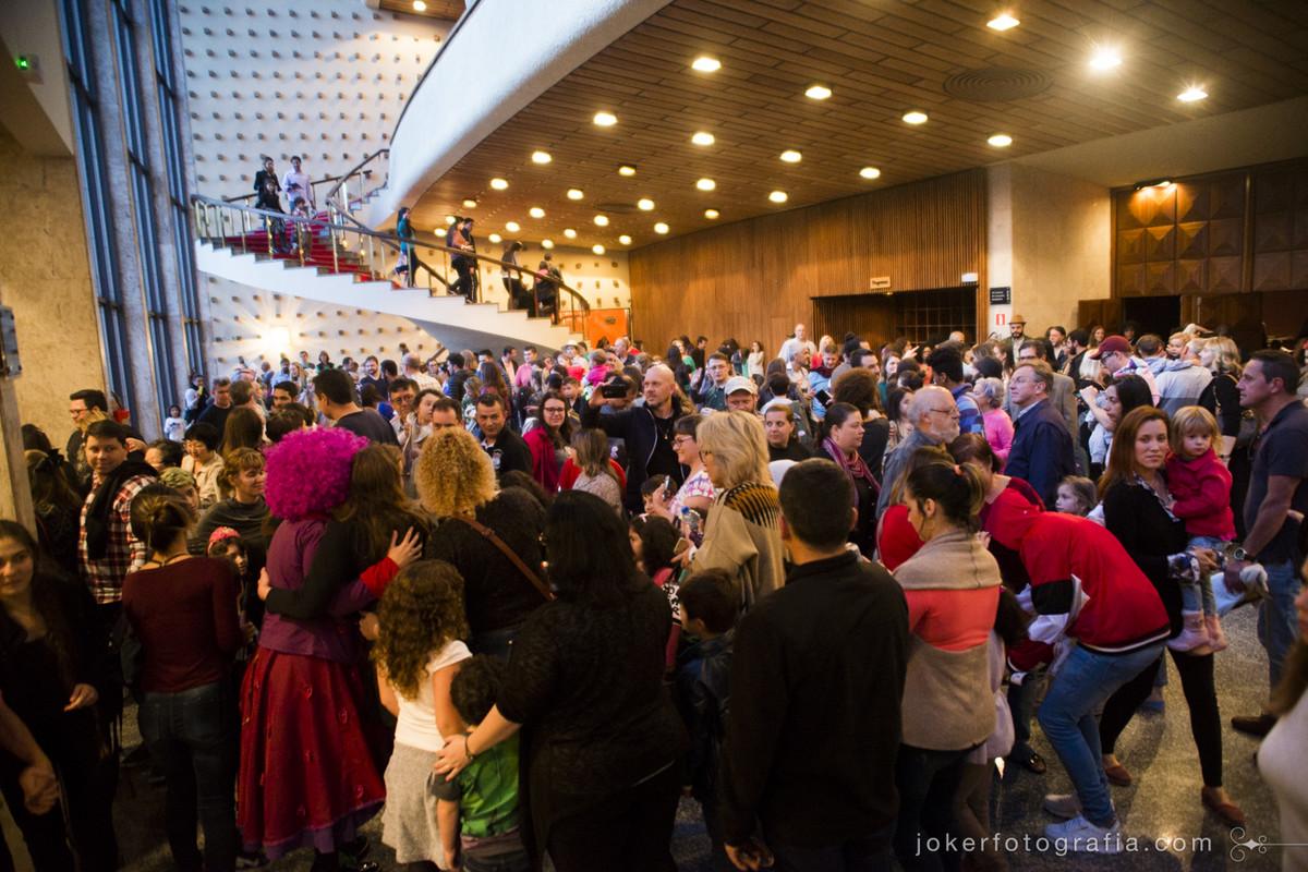 Teatro infantil lota o saguão do Teatro Guaíra e esgota venda de ingressos