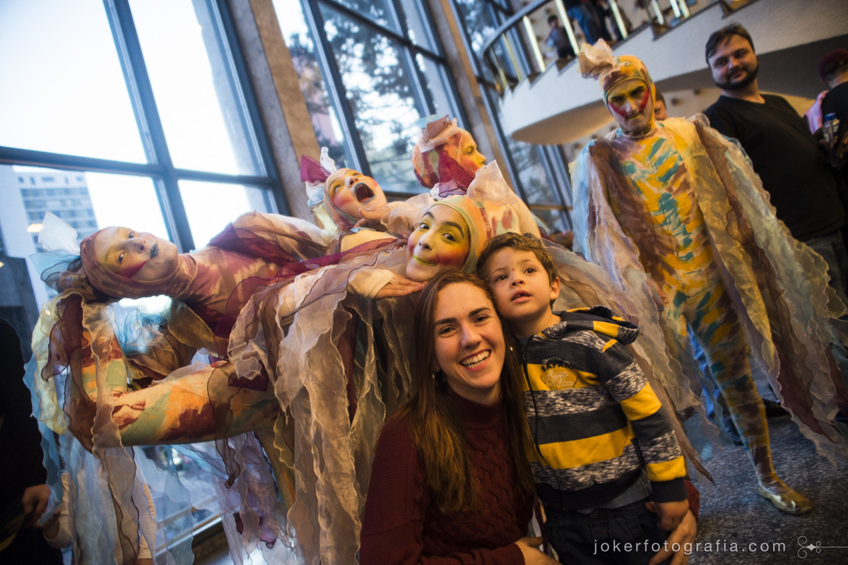 bailarinos do Teatro Guaíra fazem fotos com a platéia